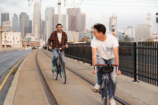 Homens em pleno tiro andando de bicicleta na cidade