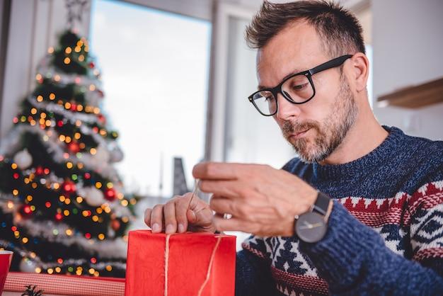Homens embrulhando presentes de natal