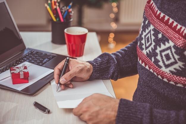 Homens escrevendo carta de natal