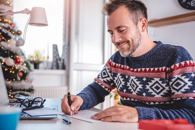 Homens escrevendo cartões