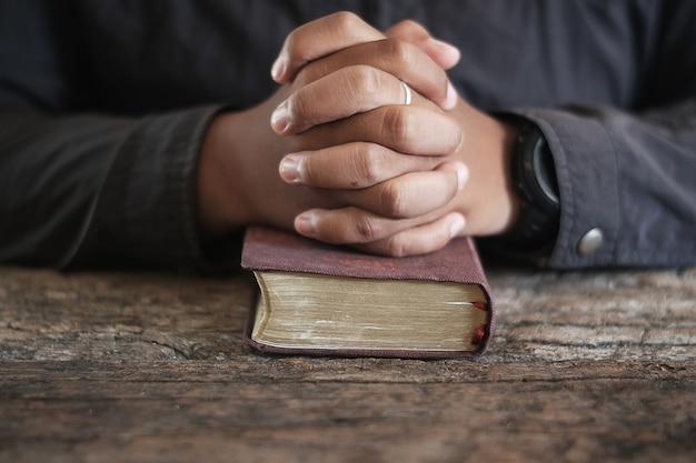 Homens estão rezando.