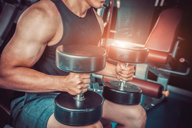 Homens exercem no ginásio.