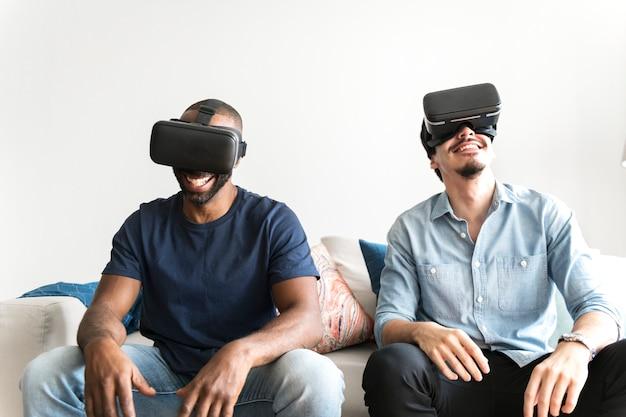 Homens experimentando realidade virtual com fone de ouvido de realidade virtual