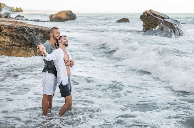 Homens felizes sendo românticos