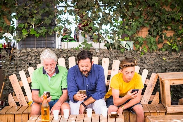 Homens ficam juntos usando celular