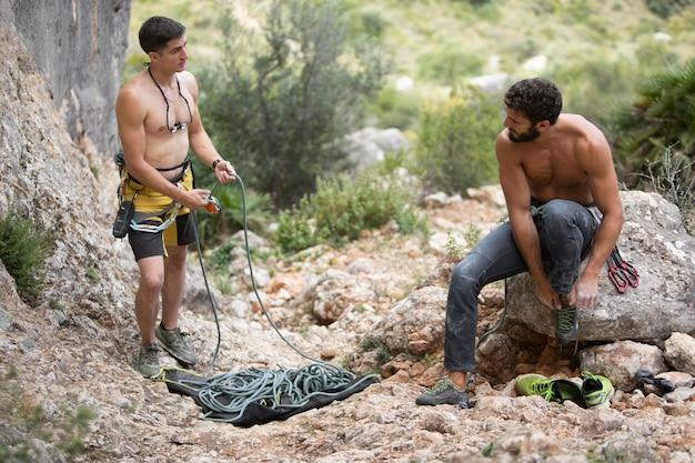 Homens fortes se preparando para escalar juntos