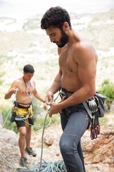 Homens fortes se preparando para escalar