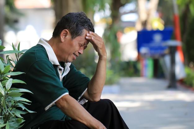 Homens idosos experimentando dores de cabeça