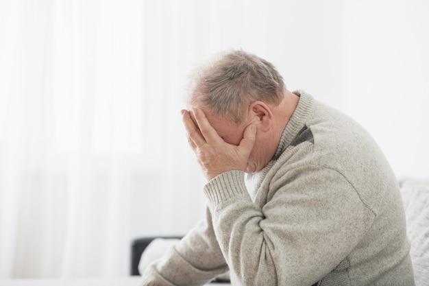 Homens idosos indoor