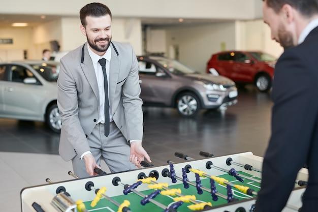 Homens jogando mesa de futebol durante o dia de trabalho