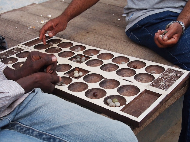 Homens jogando um jogo tradicional