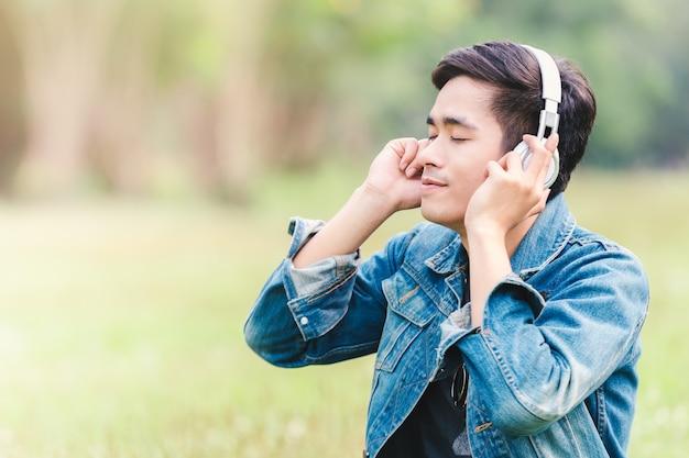 Homens jovens asiáticos ouvem música