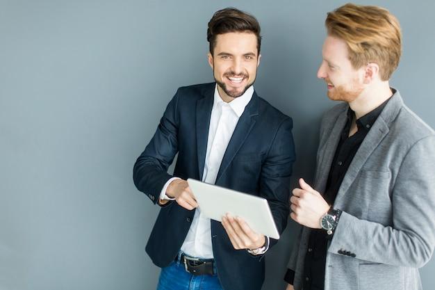 Homens jovens no escritório