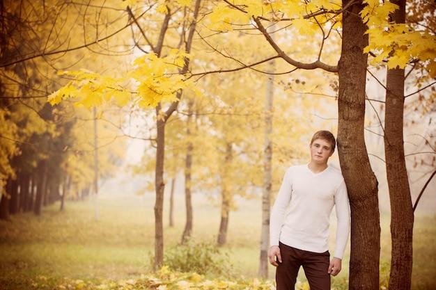Homens jovens no parque outono