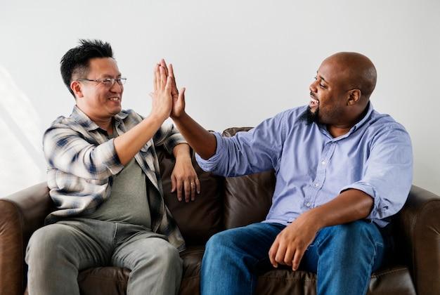 Homens juntando as mãos
