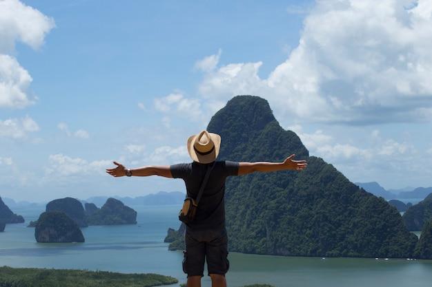 Homens levantaram as mãos e desfrutaram de ar fresco. conceito de homem de liberdade.