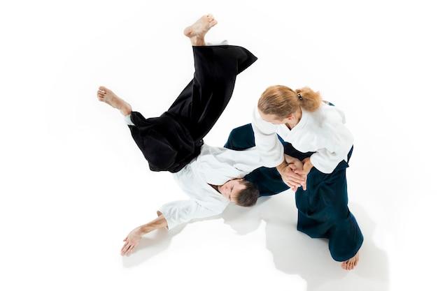 Homens lutando no aikido treinando na escola de artes marciais estilo de vida saudável e conceito de esportes