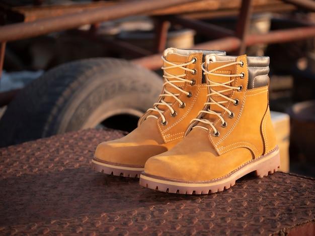Homens moda botas de couro amarelo no chão