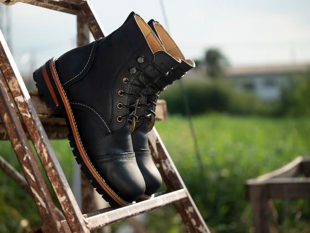 Homens moda botas pretas de couro no chão.