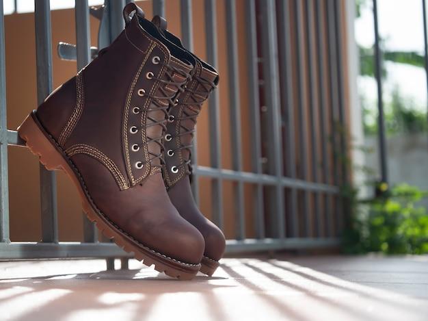 Homens moda couro marrom botas no chão.