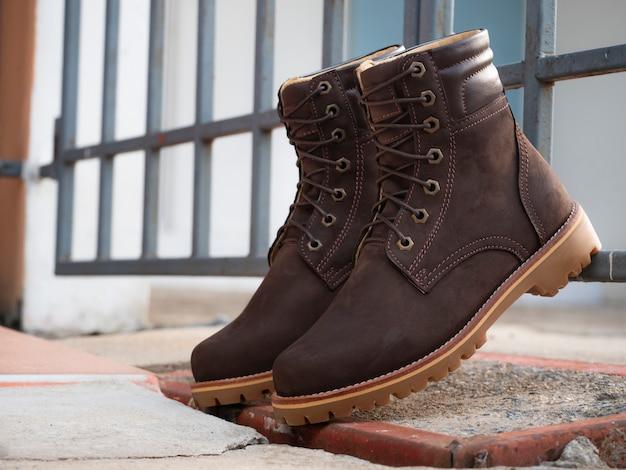 Homens moda marrom botas de couro no chão
