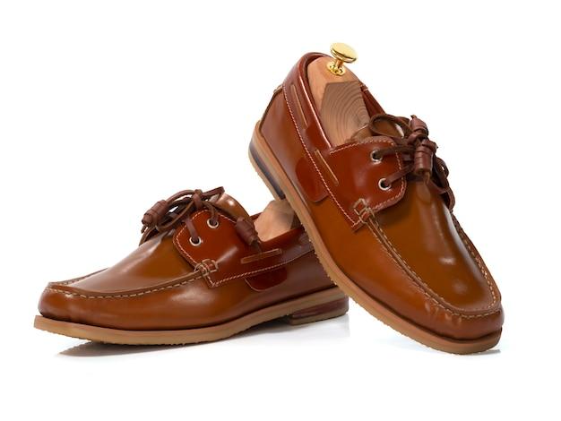 Homens moda sapatos de couro marrom barco isolados no branco. caminho de recorte