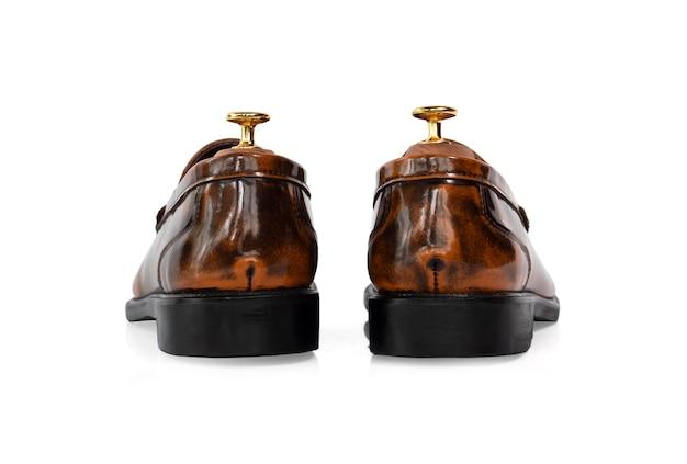 Homens moda sapatos de mocassim de coleção de couro polido marrom com árvore de sapato (suporte de forma) isolado no branco. vista traseira