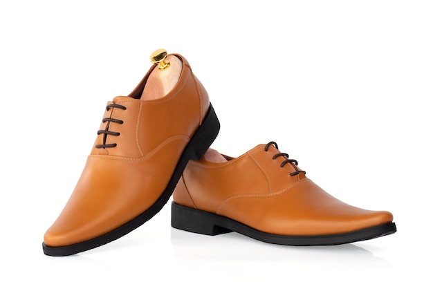 Homens moda sapatos oxford de couro amarelo com árvore de sapato (suporte de forma) isolado no branco.