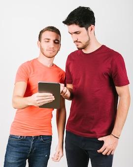 Homens modernos confusos usando tablet