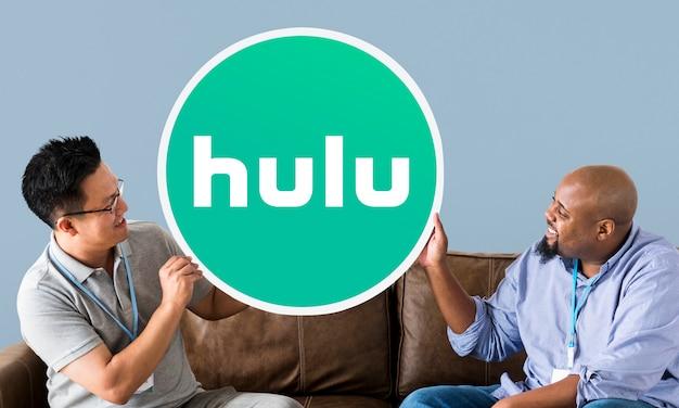 Homens mostrando um ícone do hulu
