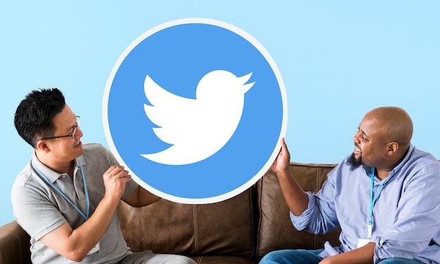 Homens mostrando um ícone do twitter