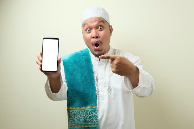 Homens muçulmanos asiáticos gordos parecem surpresos com as boas notícias que recebeu de seu smartphone