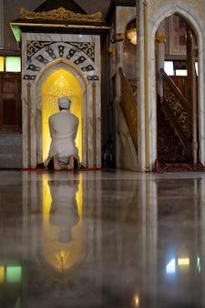 Homens muçulmanos de nacionalidade mexicana está orando em uma mesquita para orar a alá.