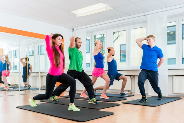 Homens mulheres, em, ginásio, fazendo, pilates, malhação