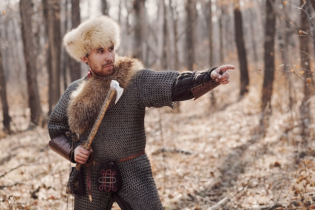 Homens na panóplia russa lutando na floresta