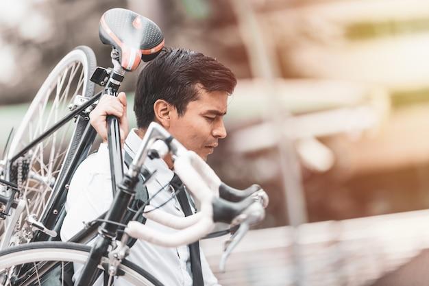 Homens negócios, bicycles