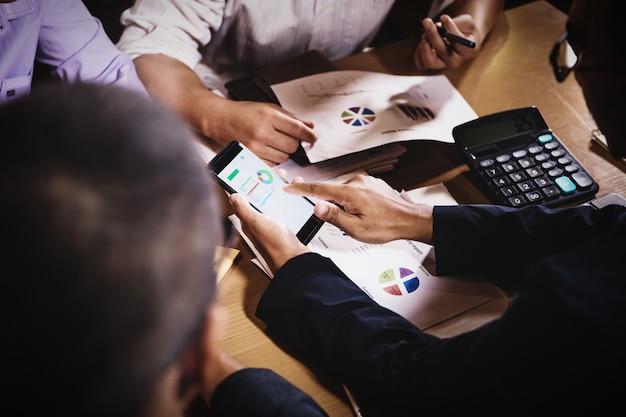 Homens negócios, discutir, trabalho, sentando, em, escritório, quarto conferência, em, noturna, cena