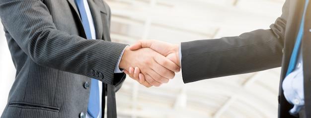 Homens negócios, fazendo, aperto mão