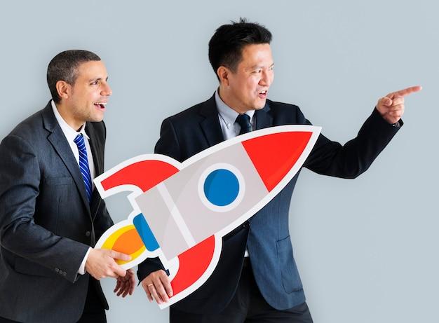 Homens negócios, segurando, lançando, foguete, ícone