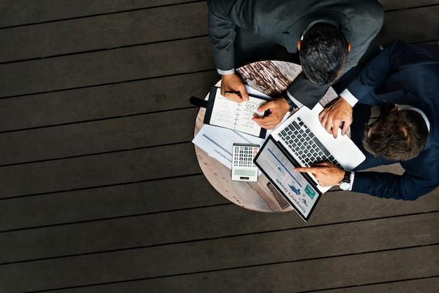 Homens negócios, trabalhando, café, ao ar livre, conceito