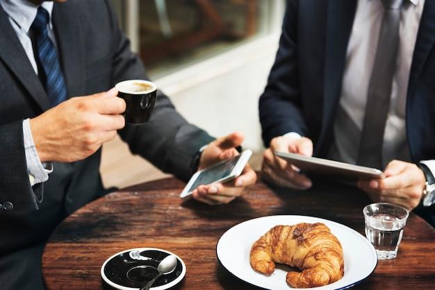 Homens negócios, trabalhando, em, um, loja café