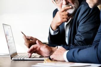 Homens negócios, usando computador, laptop