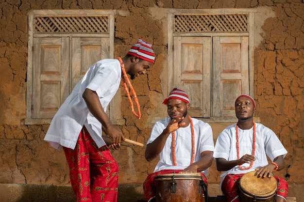 Homens nigerianos de tiro médio fazendo música