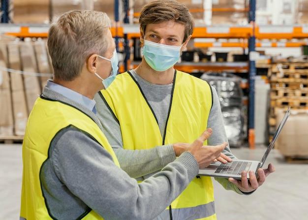Homens no armazém trabalhando