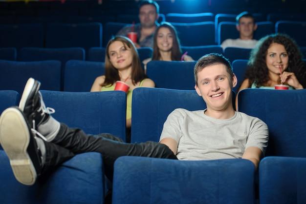 Homens novos que prendem seus pés no assento.