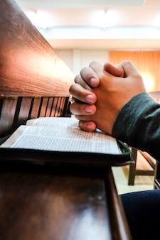 Homens orando na igreja.