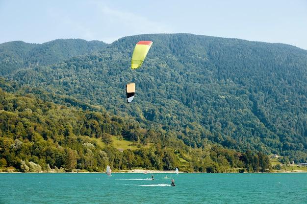 Homens parasailing no lago de santa croce