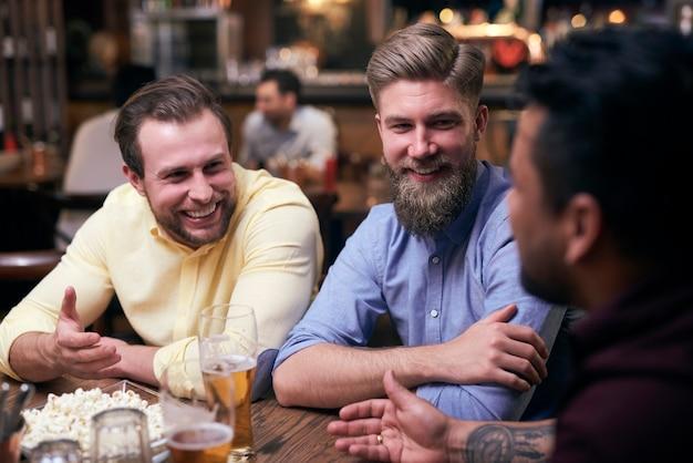 Homens passando o fim de semana no pub