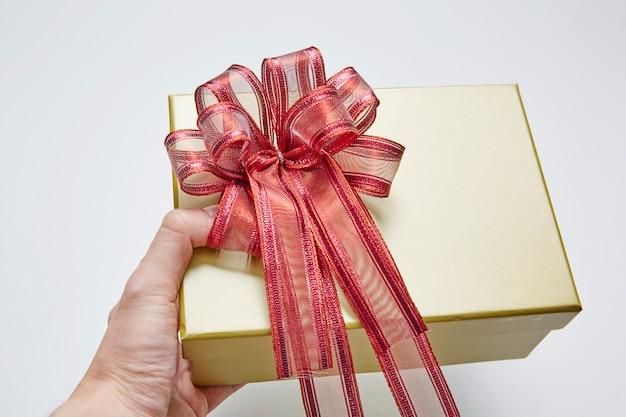 Homens, passe segurar, presente, caixa, para, natal, ano novo, valentine'a, dia, branco, fundo