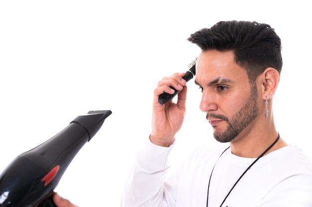 Homens penteando e secando os cabelos com secador em fundo branco